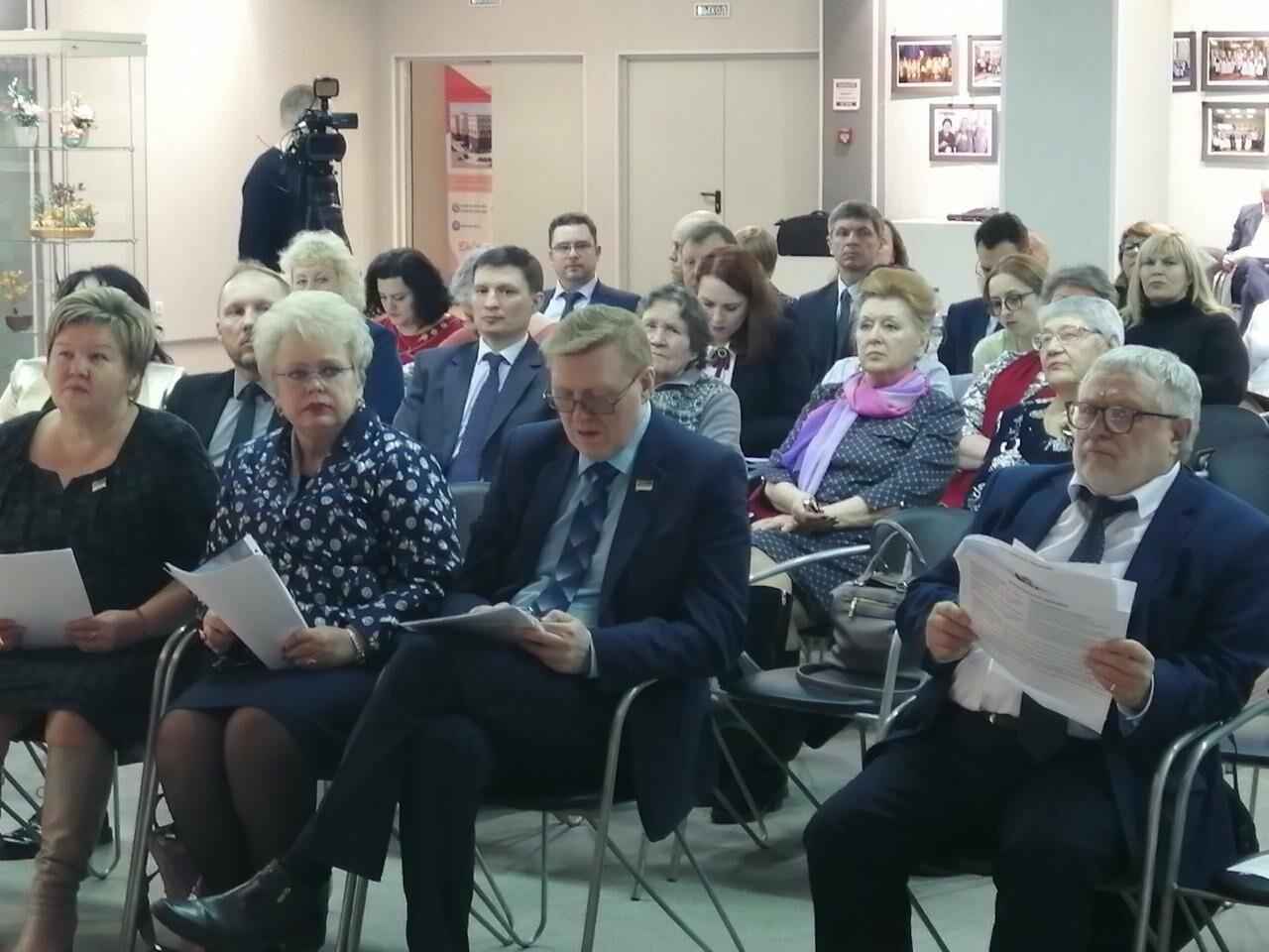 В пленарном заседании приняли участие Валентина Жиделева, Татьяна Саладина  и Владимир Жариков - Пресс-центра Госсовета РК