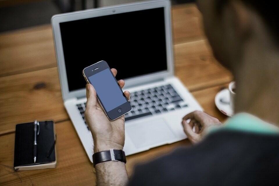 Мошенники рассылают смс-сообщения, либо сами звонят и представляются сотрудниками банка или пенсионного фонда, якобы для уточнения реквизитов счета