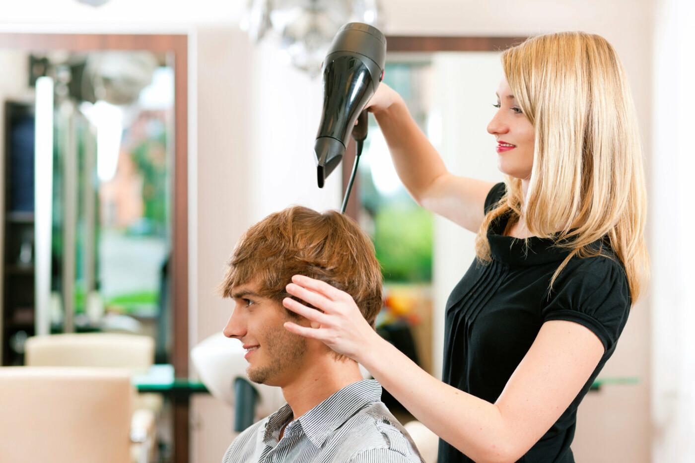 Парикмахер-универсал также сможет заработать 50000, если умеет мыть и делать массаж головы, модельные и простые стрижки, укладки - City11