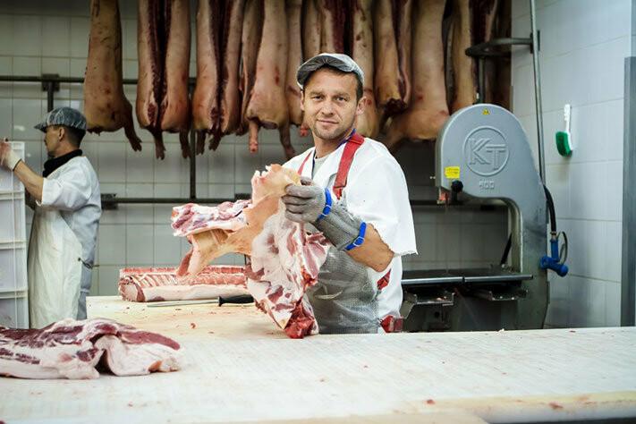 Физически выносливый обвальщик мяса может получить 22000 за обвалку и разделывание туш скота на части