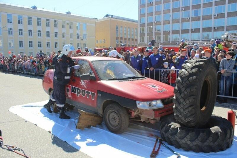Во время демонстрации техники пожарные и спасатели проведут показательные выступления, продемонстрируют профессиональные навыки - ГУ МЧС России по Коми