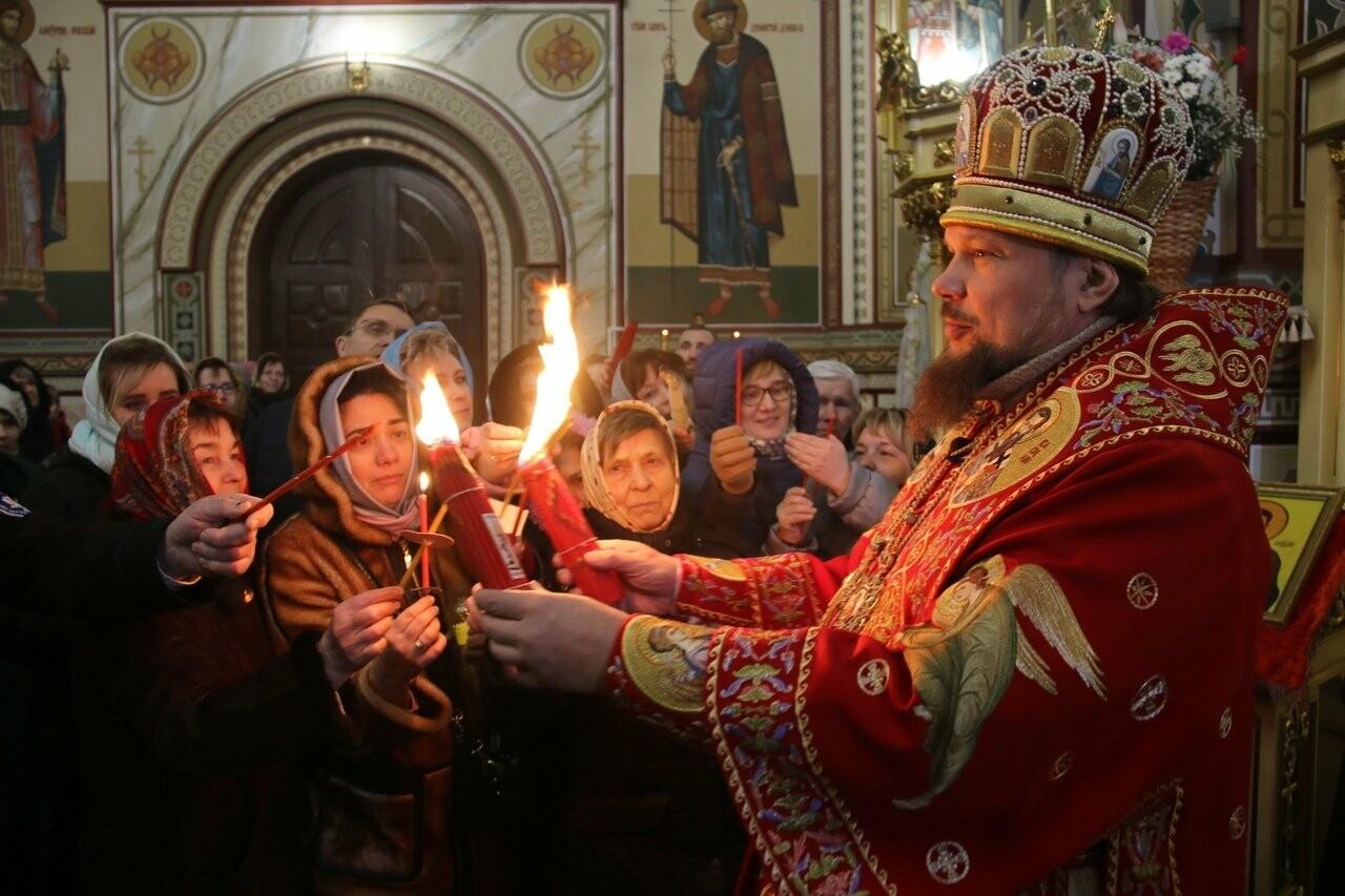В три часа ночи глава Коми Сергей Гапликов привёз благодатный огонь в кафедральный собор