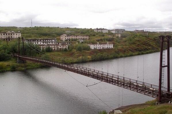 Летом в хорошую погоду люди выходят на набережную реки Воркуты