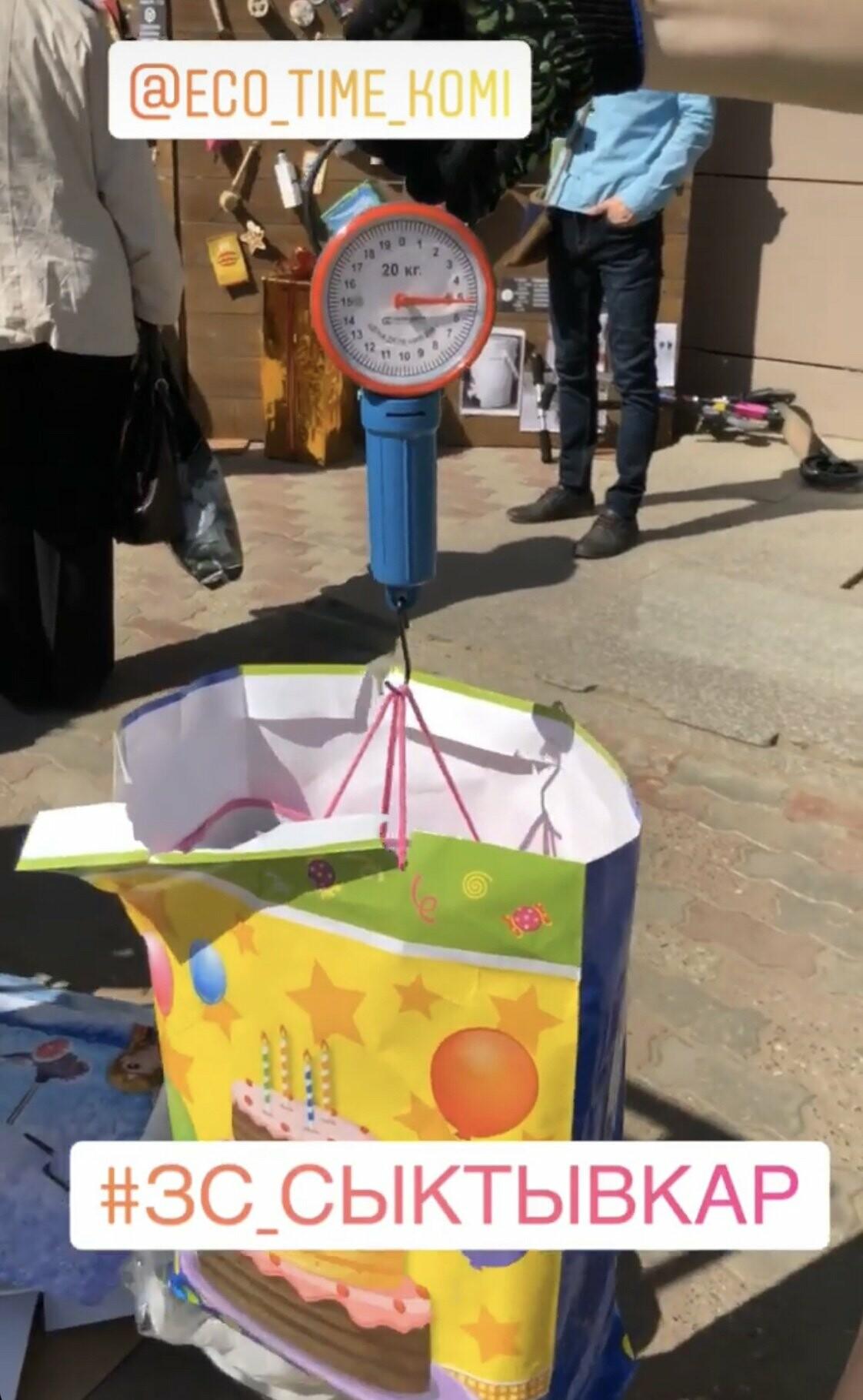 """11 мая с 9 утра до 17 часов вечера возле ТЦ """"Парма"""" волонтеры принимали у жителей города макулатуру, пластик, использованные батарейки и железные банки"""